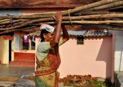 Sans l'installation de biogaz, il faut 2-4 heures aux femmes chaque jour pour collecter le bois de chauffage.
