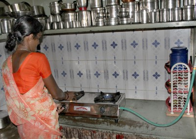 Les digesteur de biogaz sont toujours de la responsabilité des femmes puisqu'elles assurent la cuisson et l'entretien de l'installation.