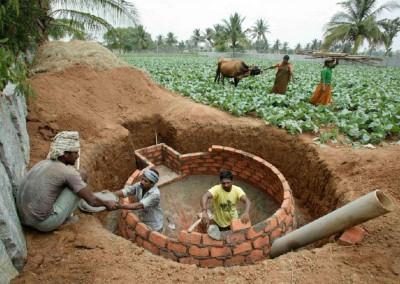 Construction d'un digesteur de biogaz. Plus tard, le dôme est invisible car il est complètement enterré. Le méthane peut s'échapper du dôme uniquement par le tuyau qui conduit le gaz directement dans la cuisine.